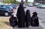 vrouw en dochter in burka